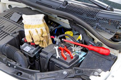 Autobatterie wechseln bei einem Kleinwagen