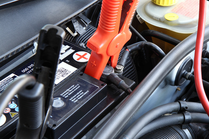 Starthilfe geben / Autobatterie überbrücken